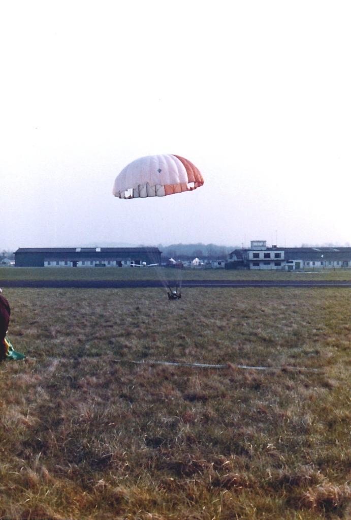 1980-wolverhampton-parachute-landing